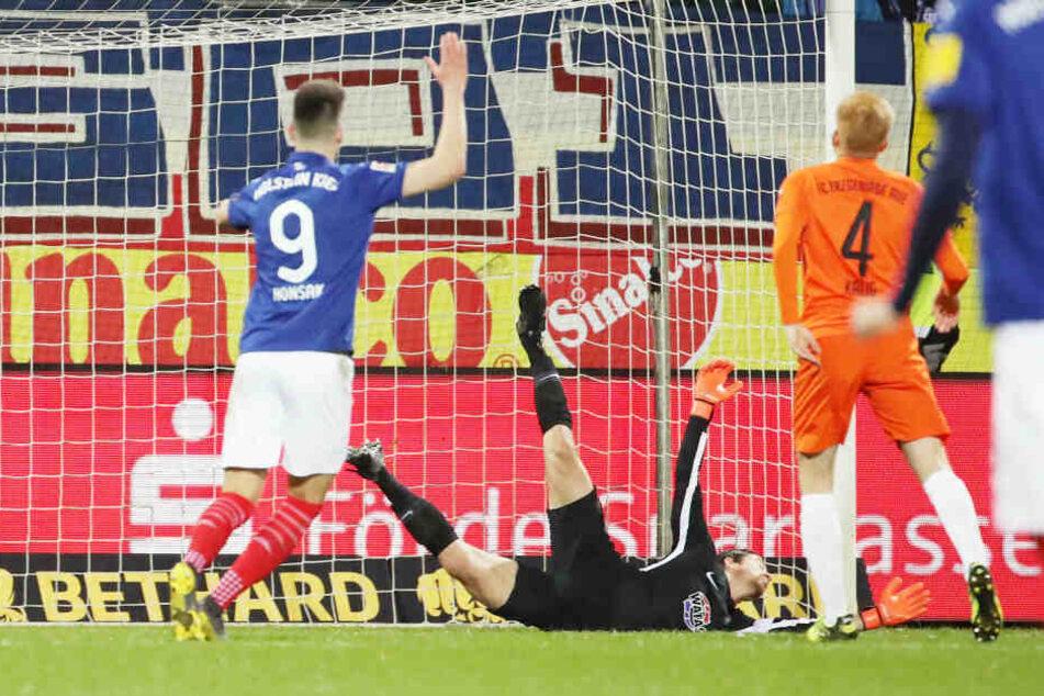 Martin Männel musste in Kiel gleich fünfmal hinter sich greifen.