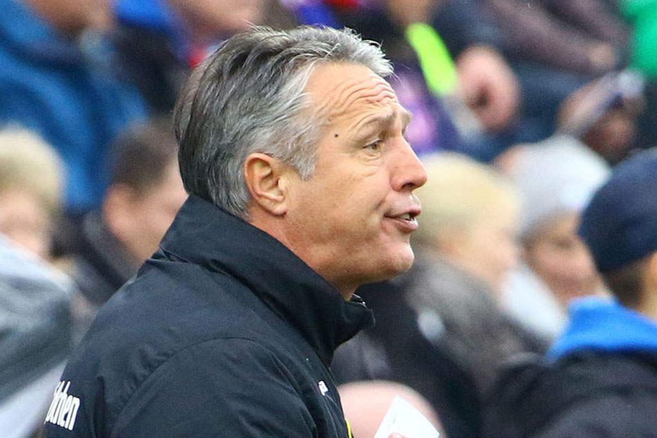 Dynamo-Trainer Uwe Neuhaus verscuhte, das Spiel von außen zu beeinflassen, musste seiner Mannschaft aber ein vernichtendes Zeugnis ausstellen.