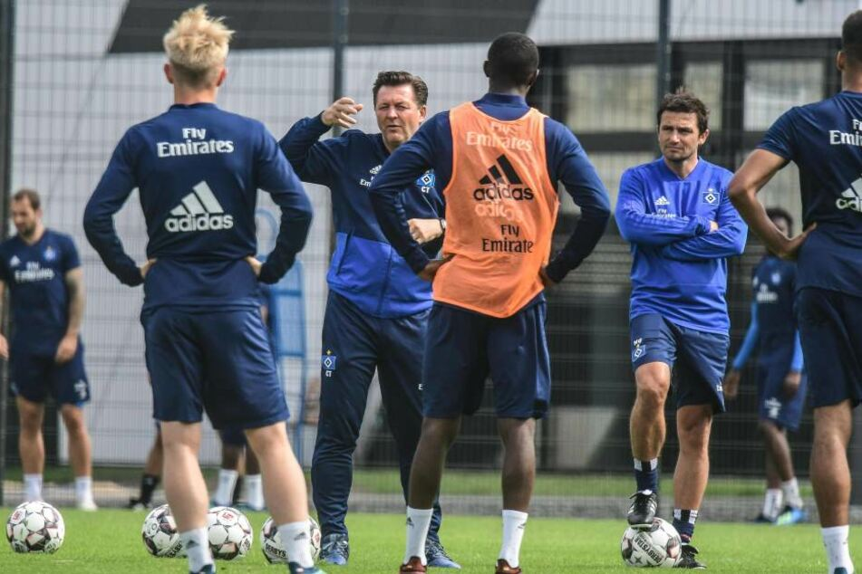 Cheftrainer Christian Titz im Gespräch mit seinen Spielern. Bis Saisonstart sollen noch einige Profis die Hanseaten verlassen.