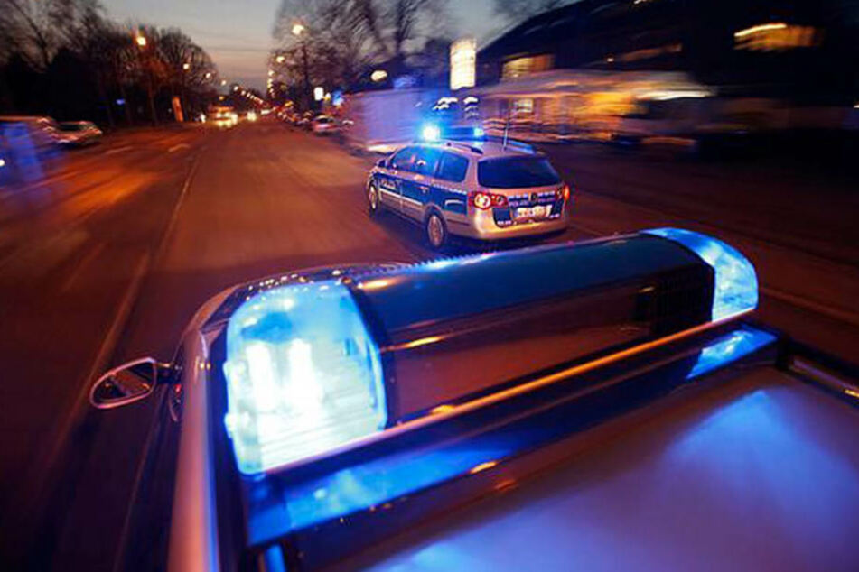 Die Polizei konnte die Täter schließlich ergreifen. zwei Beamte wurden schwer verletzt. (Symbolbild)