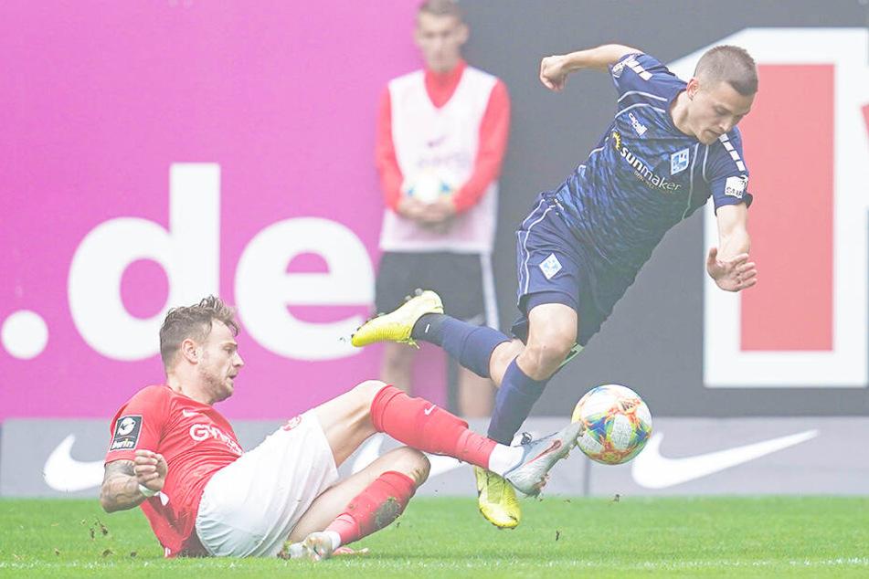 FCK-Stürmer Timmy Thiele (l.) zeigte eine starke Leistung. Hier grätscht er Gianluca Korte ab.