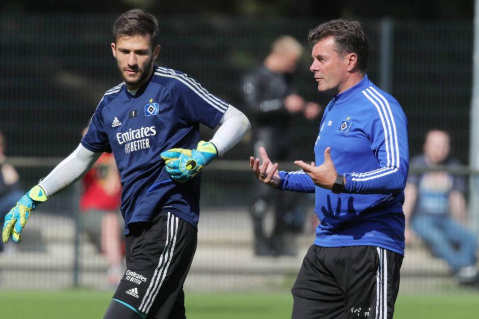 HSV-Trainer Dieter Hecking (rechts) stärkt seinem Torwart Daniel Heuer Fernandes den Rücken.