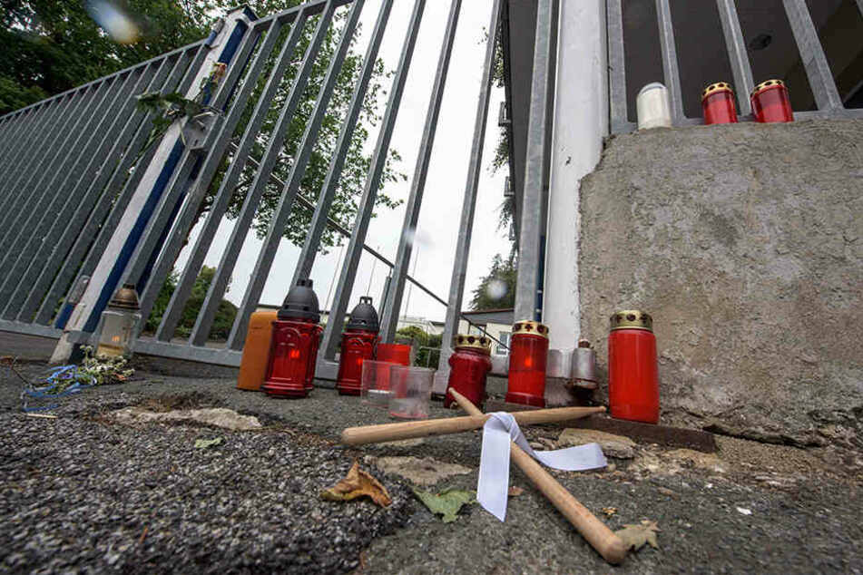 In Gedenken an den 30-Jährigen standen Kerzen vor dem Gebäude.