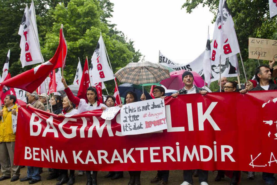 Rund 200 Türken demonstrieren im Juni 2013 in Berlin vor der Türkischen Botschaft gegen die gewaltsame Auflösung von Protestkundgebungen in Istanbul.