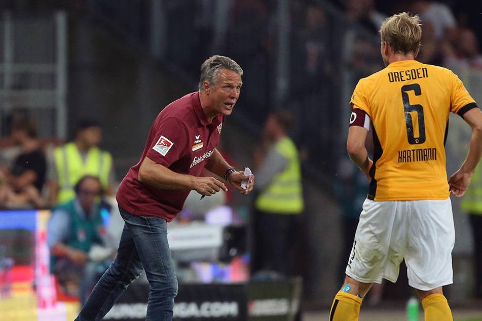 Dynamo-Trainer Uwe Neuhaus (l.) gibt seinem Kapitän Marco Hartmann Anweisungen.