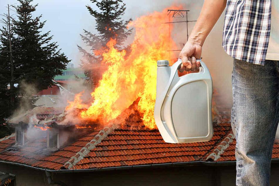 Das komplette Dachgeschoss des Hauses brannte aus. (Symbolbild)