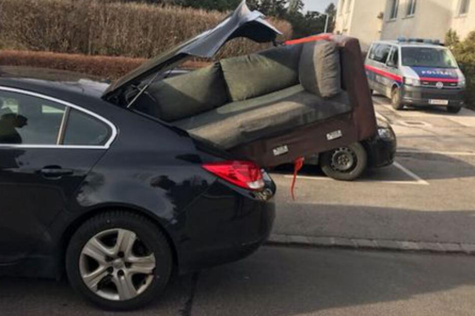 Polizei stoppt Couch-Driver: Wie kommt man auf solch eine Idee?