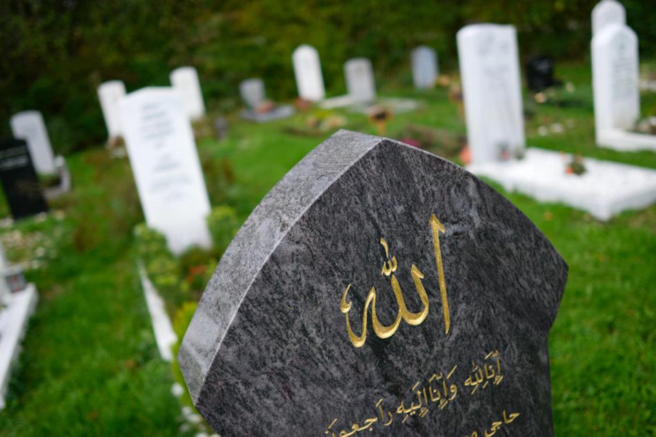 """Das Wort """"Allah"""" steht auf einem Grabstein in der islamischen Sektion des Neuen Südfriedhofs in München"""