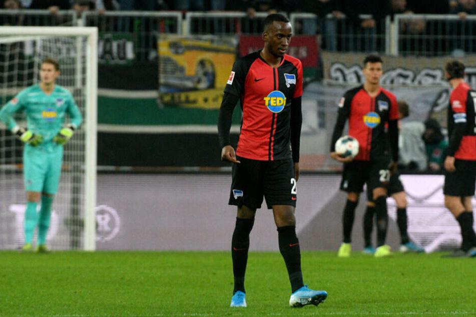 Enttäuscht verlässt Dodi Lukebakio nach dem 0:4 in Augsburg den Platz.