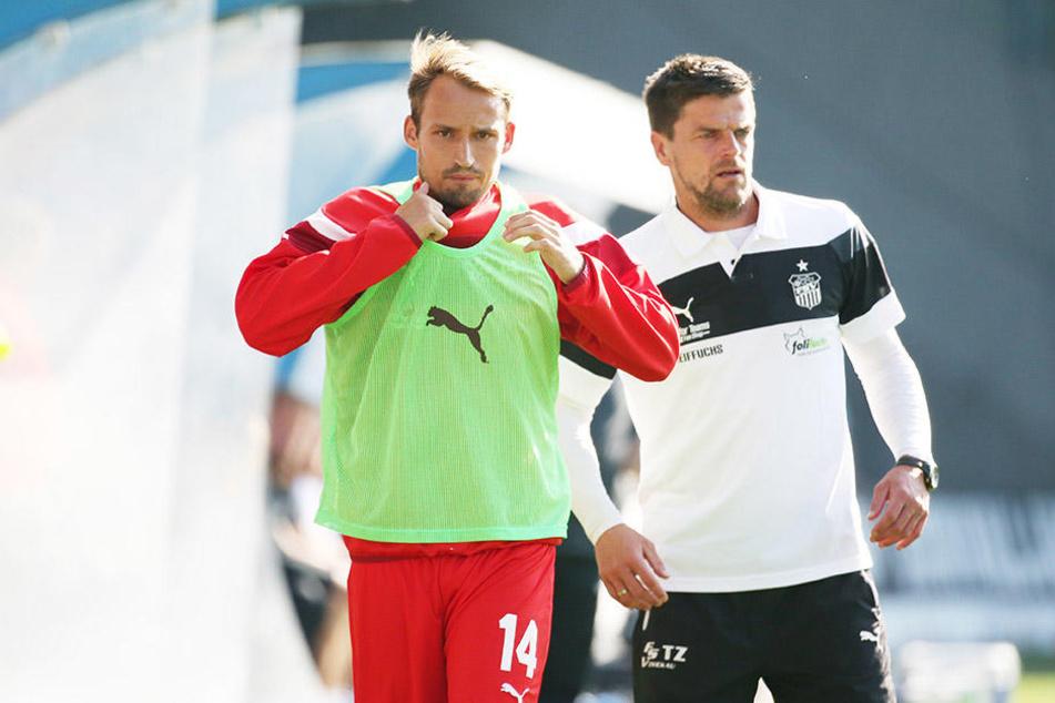 In Rostock ließ FSV-Coach Torsten Ziegner (r.) seinen Kapitän Toni Wachsmuth zunächst draußen. Gegen Osnabrück wird das nicht passieren.