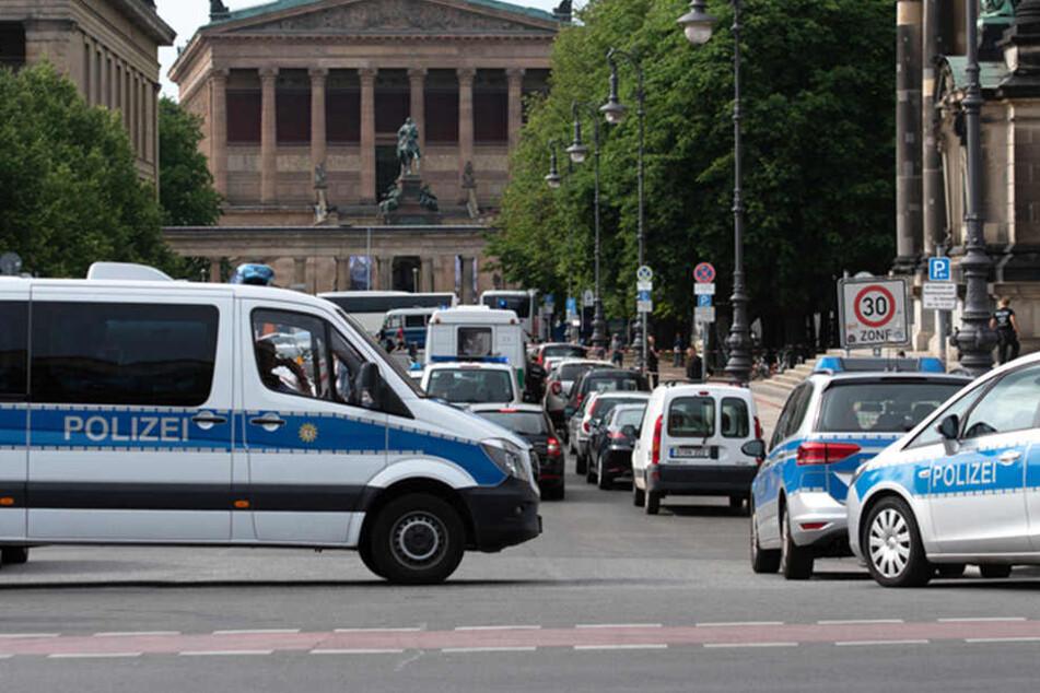Unklare Lage vor dem Berliner Dom auf der historischen Museumsinsel. Die Polizei ist im Einsatz.