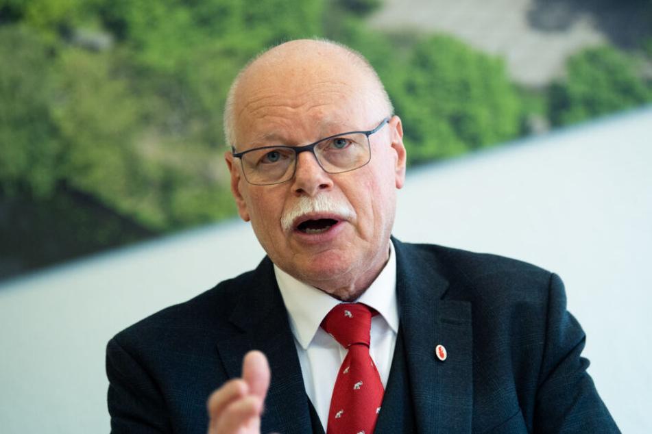 """Ulrich Mäurer (SPD), Innensenator von Bremen, bei der Pressekonferenz zur Kriminalstatistik 2018 für das Land Bremen. Er kritisiert die """"Maßlose Anspruchshaltung"""" der DFL."""
