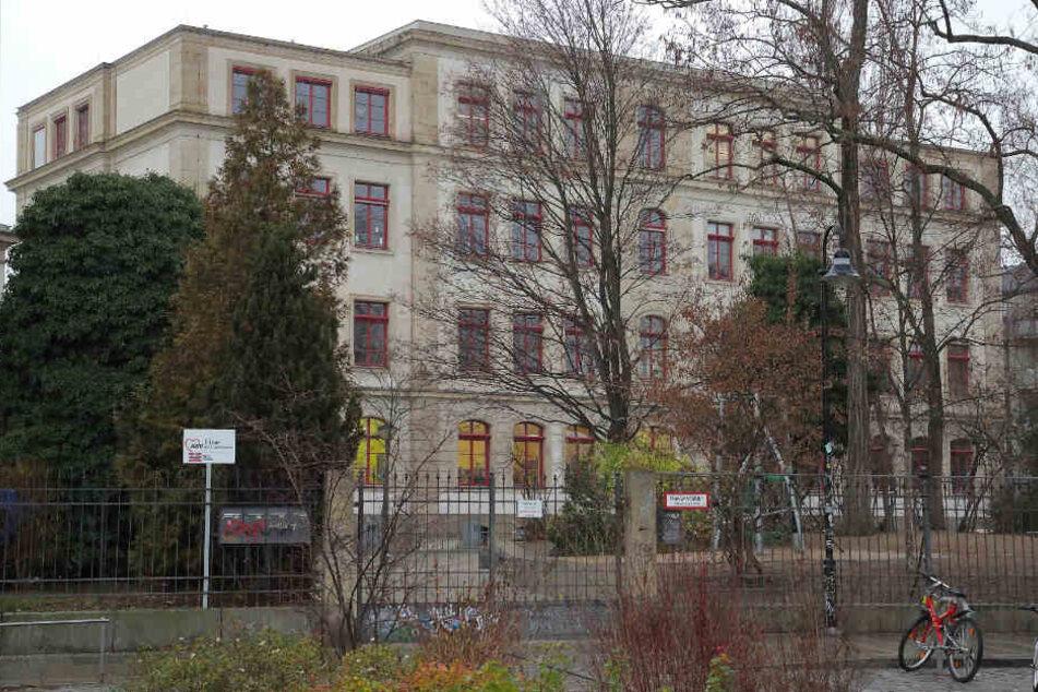 Dresden: Vandalen schmieren Hakenkreuze an Grundschule in Dresden