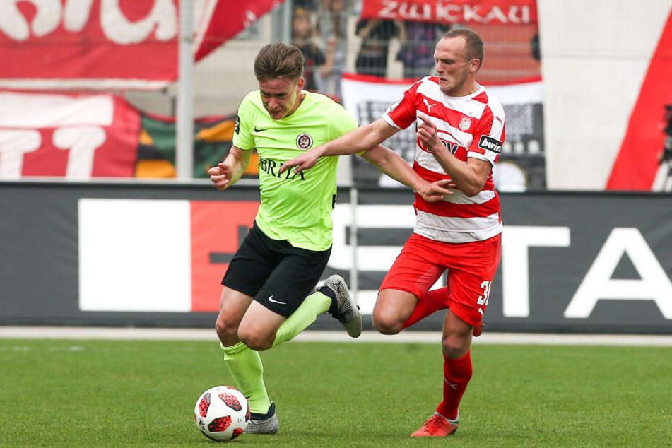 Florian Hansch, hier im Zweikampf mit dem Zwickauer Julius Reinhardt (r.), spielte in der Rückrunde auf Leihbasis für den Zweitliga-Aufsteiger SV Wehen Wiesbaden und kam auf 13 Einsätze.