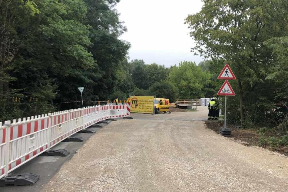 Die Einsatzkräfte bereiten eine Evakuierungszone rund um den Fundort im Wöhrder See vor.