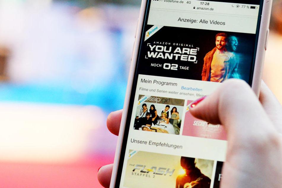 """Auf einem Smarthone ist Werbung für die Amazon-Original-Serie """"You Are Wanted"""" des Streaming-Diensts Amazon Prime zu sehen."""