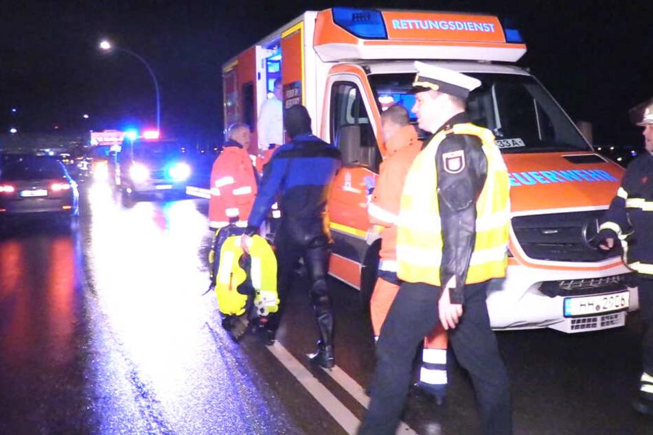 Der gekenterte Mann ging nach seiner Rettung zu einem Rettungswagen zur Untersuchung.