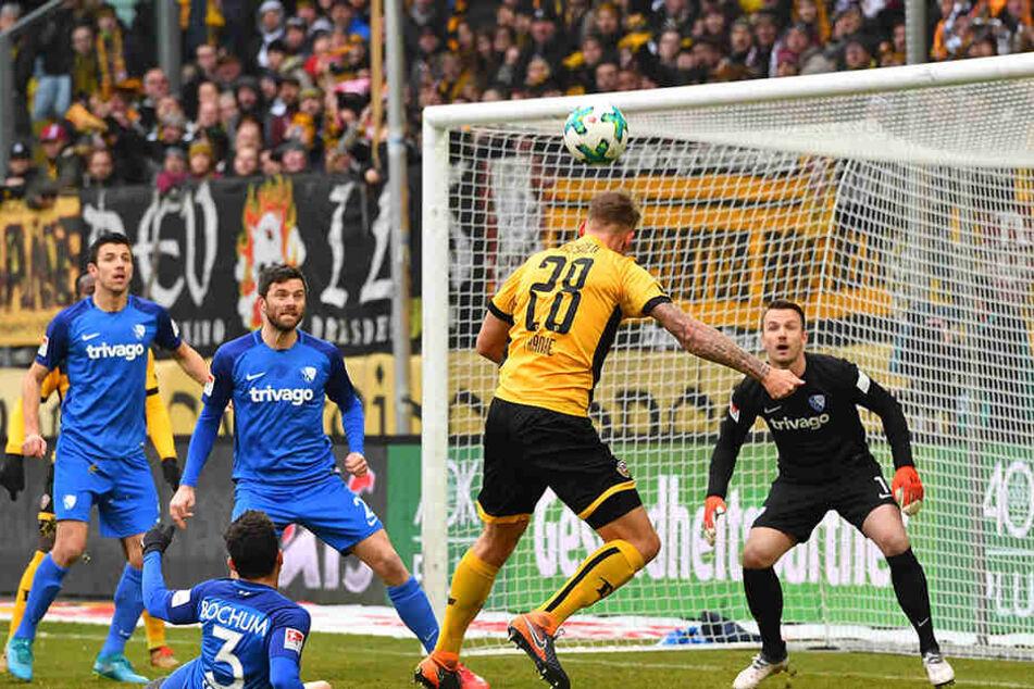 In der Abwehr ist er eine Bank, aber bei Standards taucht Verteidiger Marcel Franke (Nr. 28) gern auch mal im gegnerischen Strafraum auf - wie hier im Spiel gegen den VfL Bochum bei einem Kopfball.