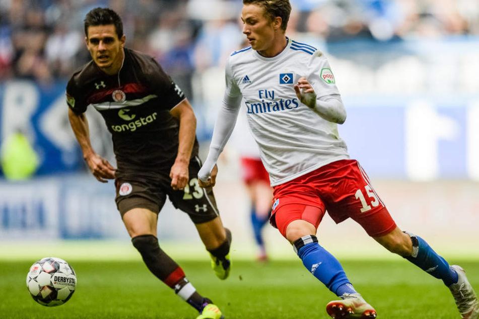 HSV-Profi Jann-Fiete Arp (r) im Duell mit Pauli-Kapitän Johannes Flum.