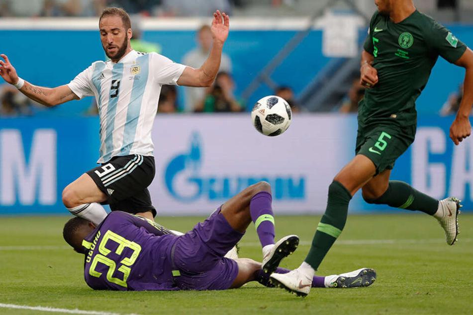 Uzoho blockt bei der WM 2018 einen Schuss von Gonzalo Higuain im Gruppenspiel gegen Argentinien.