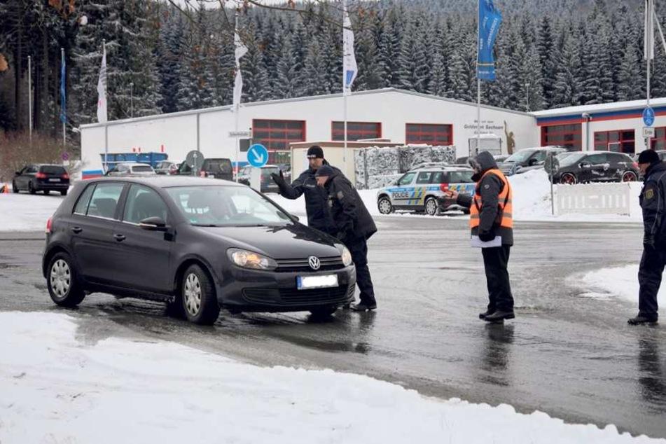Gemeinsame Verkehrskontrolle: Deutsche und tschechische Polizisten in Klingenthal.