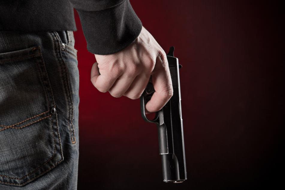Ein 27-Jähriger soll im Oktober 2018 seine Ehefrau erschossen haben (Symbolbild).