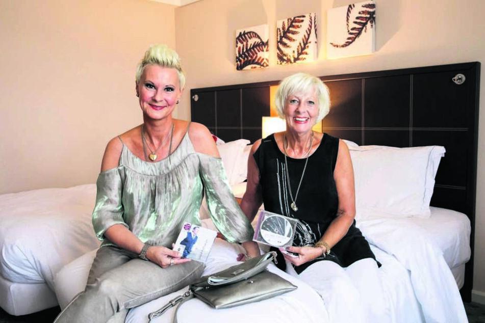 """""""Von Jahr zu Jahr teurer"""": Claudia Wilhelm (45) und Mutti Christine (68)  warteten gestern in ihrem Hilton-Hotelzimmer auf das vierte  Kaisermania-Konzert."""