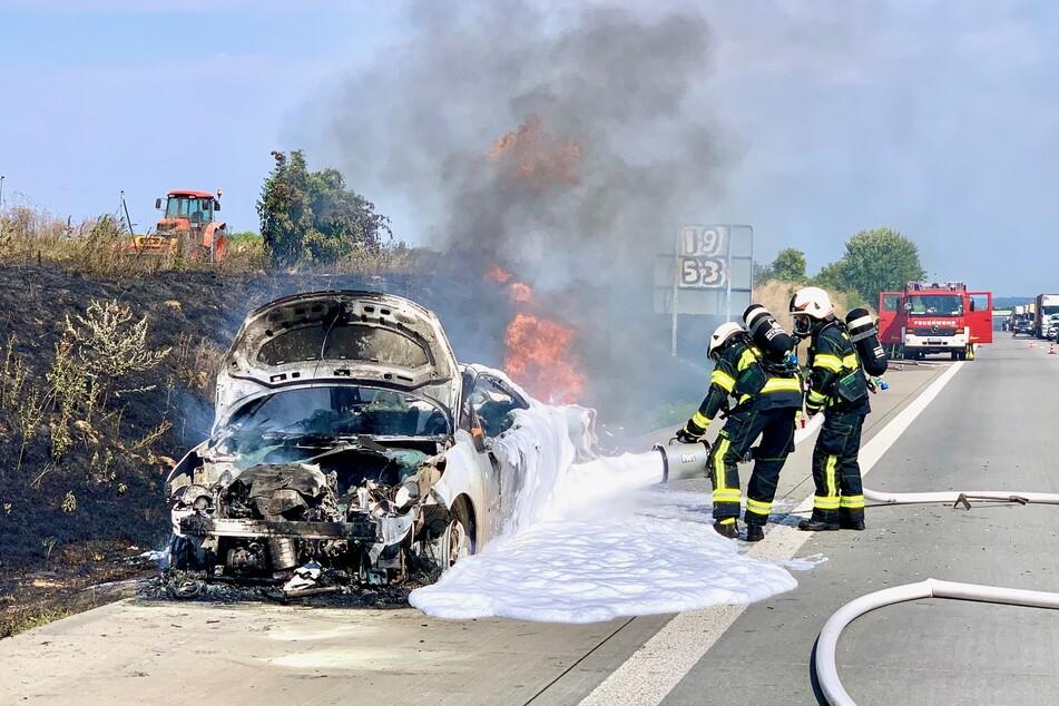 Die Einsatzkräfte der Feuerwehr löschten den brennenden Peugeot.