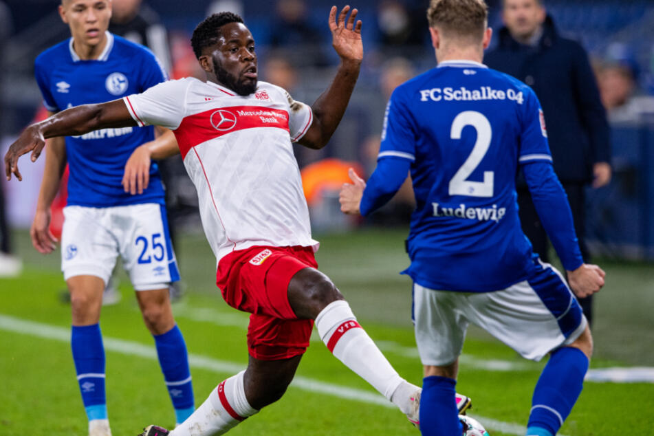 Schalkes Kilian Ludewig (20, r.) und VfB-Mittelfeldmann Orel Mangala (22) kämpfen um den Ball.
