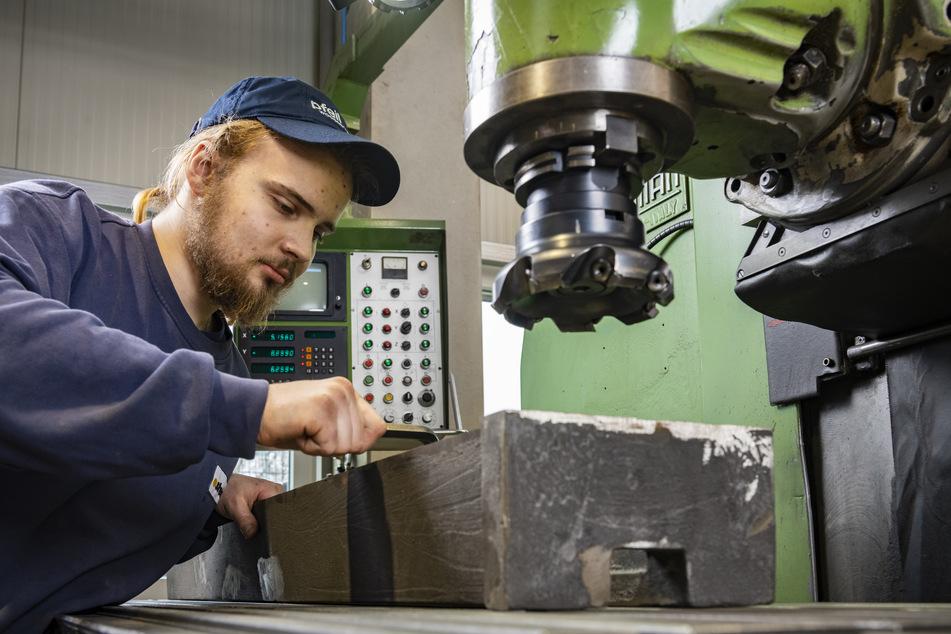 Metallbauer Richard Eckel (22) fräst ein Maschinenbett für eine Drechselbank.