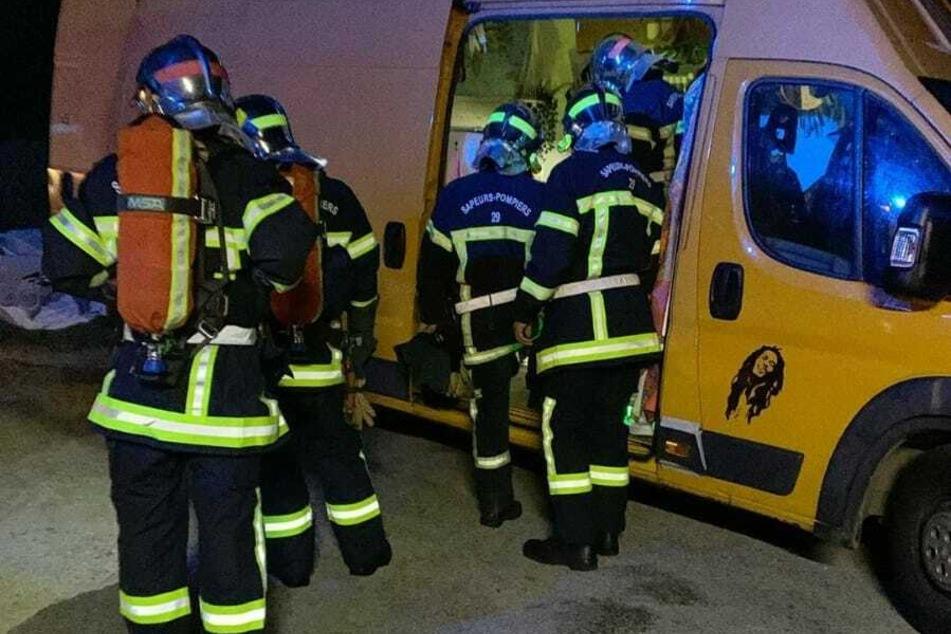 Die Feuerwehr am Van von Yvonne Pferrer und ihrem Freund Jeremy Grube.