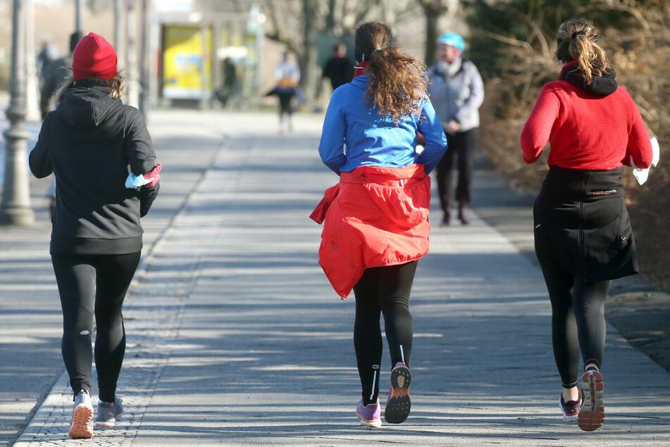 Bei Temperaturen um vier Grad Celsius und Sonnenschein joggen Frauen am Internationalen Frauentag durch den Tiergarten.
