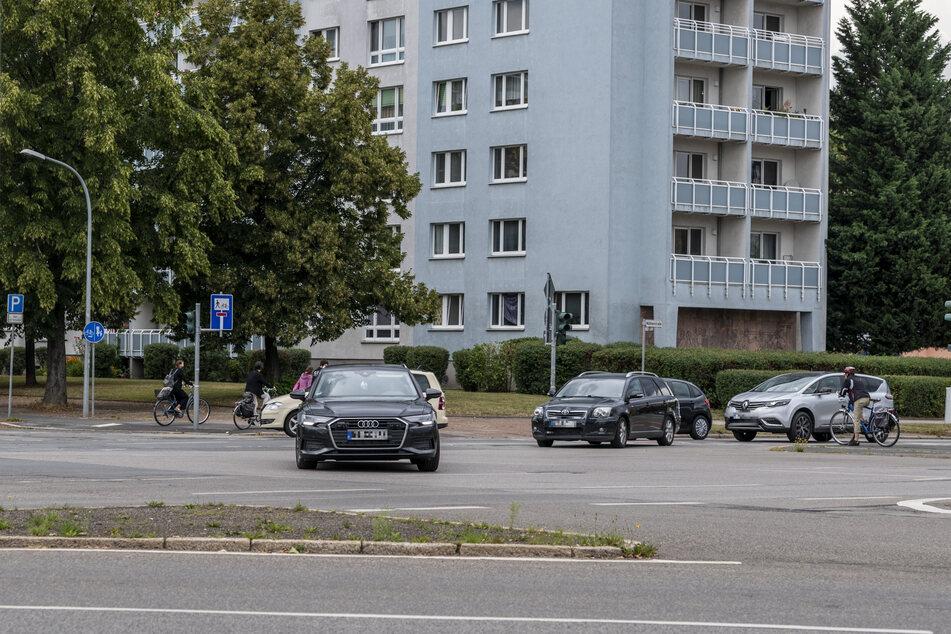 Gleich zwei Autofahrer biegen hier gleichzeitig links ab in die Brückenstraße - obwohl das nur Busse dürfen.