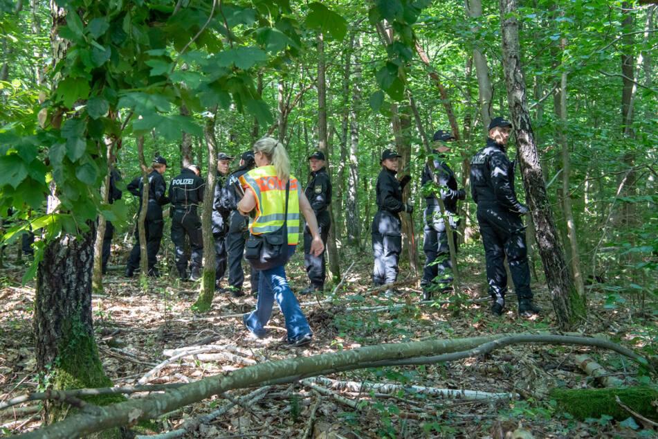 Polizisten bei der Suche nach den Leichen in einem Waldstück bei München. (Archiv)