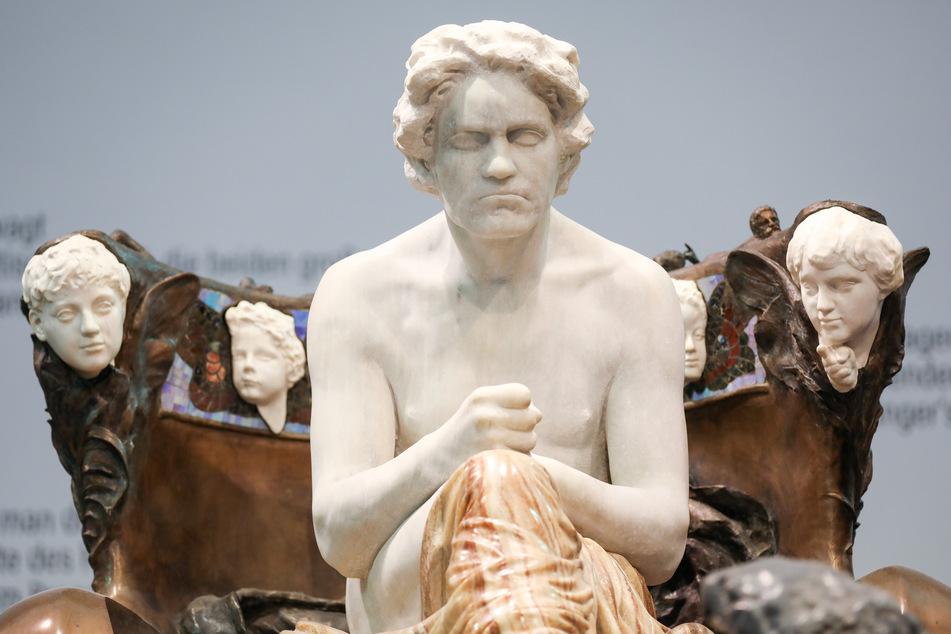 """Natürlich mit dabei: Klingers Skulptur """"Beethoven""""."""