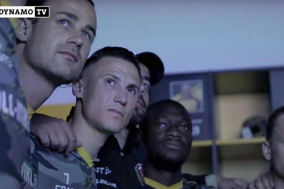 Gebannt schauten die Dynamos vorm letzten Heimspiel den Videobotschaften ihrer Liebsten zu.