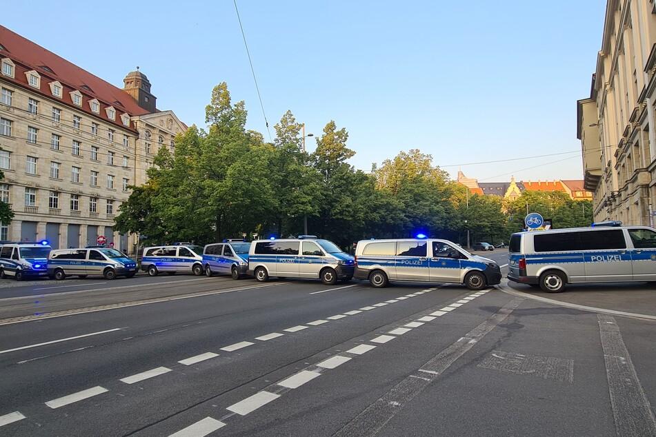 Die Polizei sperrte den Dittrichring mit mehreren Fahrzeugen.