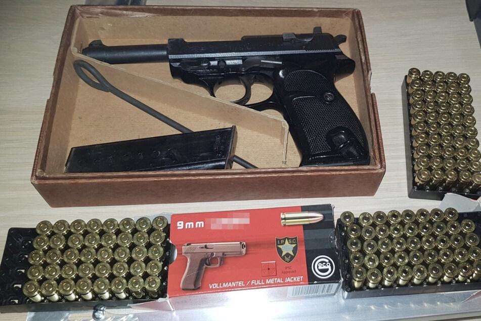 In den durchsuchten Wohnungen der Verdächtigen fanden die Ermittler unter anderem 13 Schusswaffen, fast 1400 Patronen und verbotene Pyrotechnik.