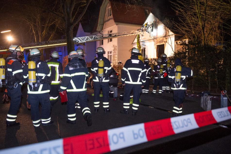 Feuer in Einfamilienhaus: Frau wird geborgen und stirbt