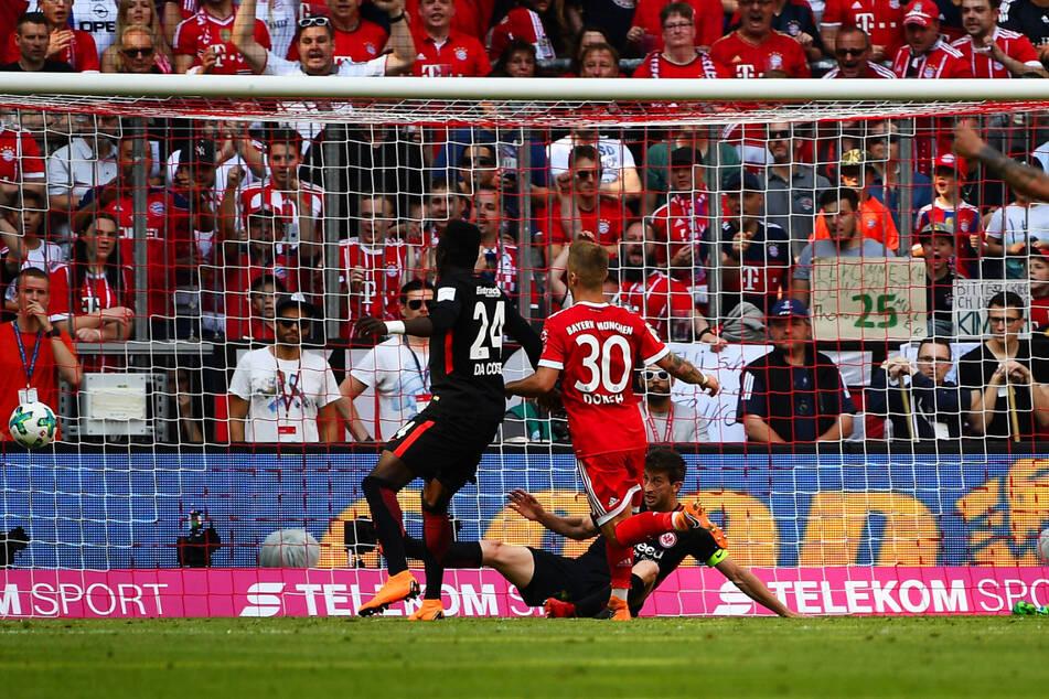An diesen Moment wird er sich wohl sein ganzes Leben lang erinnern! Niklas Dorsch (23, M.) schiebt nach Vorlage von Sandro Wagner (33) zum 1:0 für die Bayern gegen Eintracht Frankfurt ein. Am Ende gewannen die Münchner klar mit 4:1.