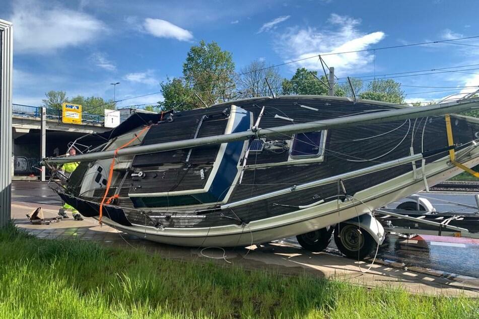 Während der Fahrt war die rund sieben Meter lange Yacht vom Anhänger gerutscht.