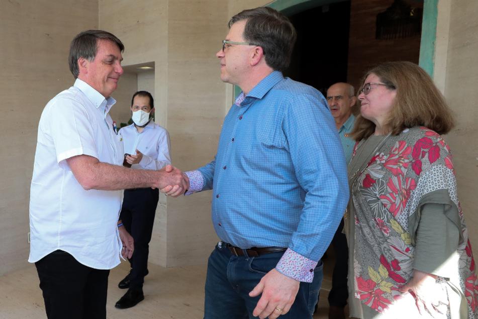 Jair Bolsonaro (l) gibt Todd Chapman, dem US-Botschafter in Brasilien, die Hand.