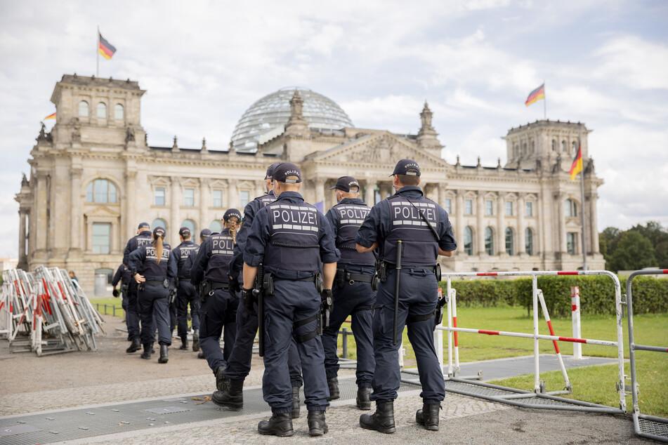 Polizisten installieren im Vorfeld der am Samstag, den 29.08.2020, geplanten Demonstration gegen die Corona-Maßnahmen Absperrzäune vor dem Reichstagsgebäude und um den Platz der Republik.