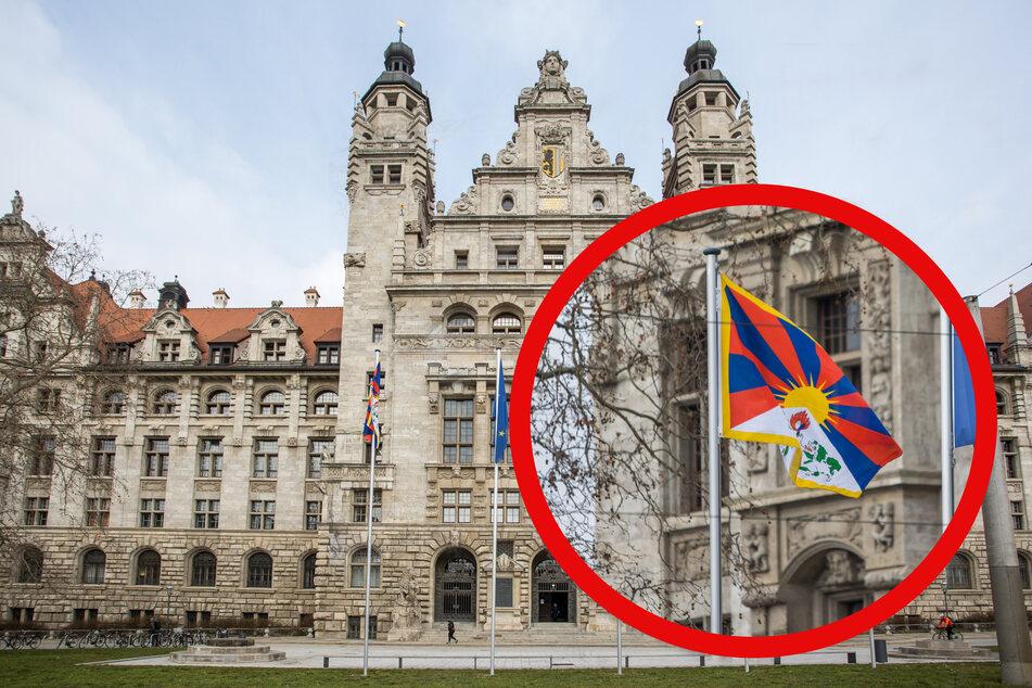 Ganz links vor dem Neuen Rathaus wehte sie am Mittwoch im Wind - die Flagge Tibets.