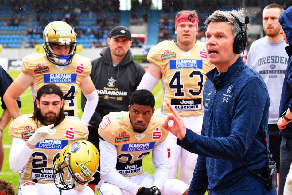 Monarchs-Coach Ulrich Däuber (51, v.-r.) weiß, mit welcher Taktik die Lions Braunschweig gezähmt werden können. Nun müssen seine Jungs die nur erfolgreich umsetzen...