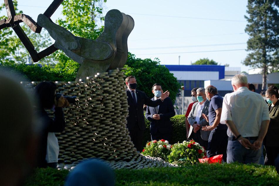 Angehörige und Bürger gedenken an einem Mahnmal der Opfer des rechtsextremen Brandanschlags von Solingen mit fünf toten Mädchen und Frauen vom 29. Mai 1993.