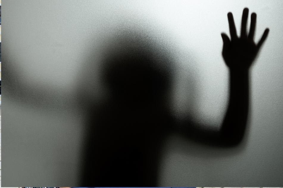 Eine junge Frau wurde brutal vergewaltigt. Jetzt hat die Polizei die mutmaßlichen Täter geschnappt. (Symbolbild)
