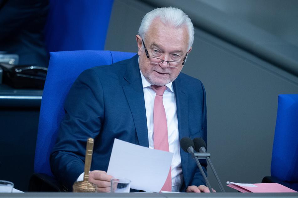 """""""Nicht Corona hält uns im Lockdown, sondern diese Bundesregierung, weil sie seit Monaten zu unfähig ist, ausreichend Masken, ausreichend Schnelltests und ausreichend Impfstoff zur Verfügung zu stellen"""", sagte Wolfgang Kubicki (68, FDP) am Dienstag."""