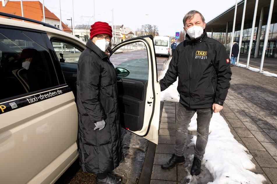 Taxiunternehmer Bernd Kessel (59) fuhr Seniorin Gisela Schreiber (85) zur Corona-Impfung. Zukünftig will Dresden einen Teil der Kosten übernehmen.