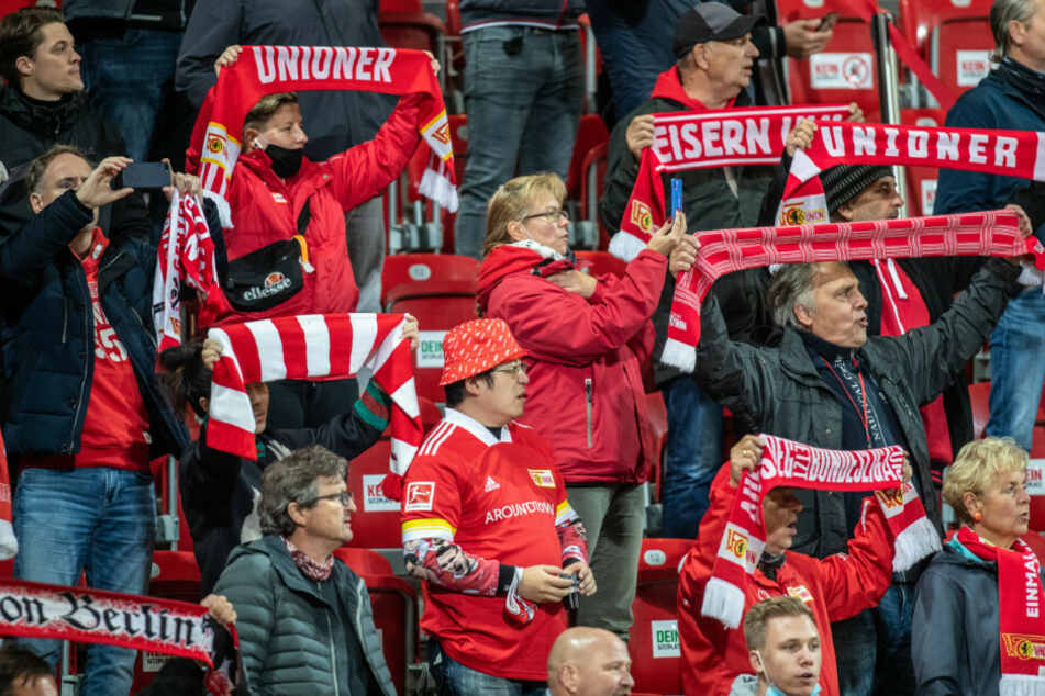 Fans von Union Berlin verfolgen das Spiel gegen den FSV Mainz 05. (Archivbild)